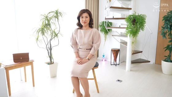 藤和弓香が出演した「初撮り人妻ドキュメント」の冒頭シーン