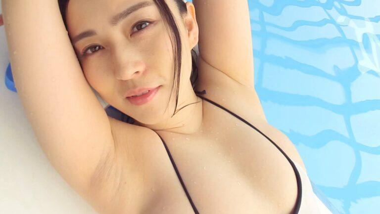 元東北放送アナウンサーの薄井しお里ちゃんが「濡染日記」で水着姿を披露している画像