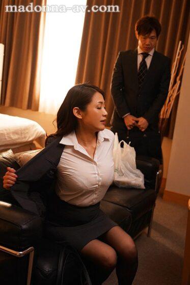 「出張先のビジネスホテルでずっと憧れていた女上司とまさかまさかの相部屋宿泊」の冒頭シーン