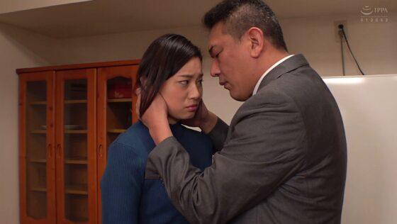 平井栞奈が出演した「妻を自分の上司に寝取らせるD●夫の狂気」の冒頭シーン