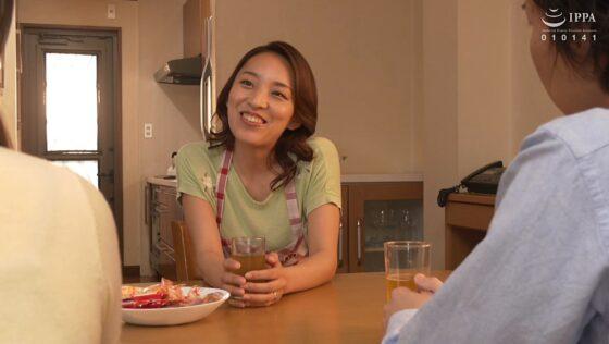 美川由加里が出演した「娘が不在中、娘の彼氏に無●や●中出しされ発情した彼女の母親」の冒頭シーン