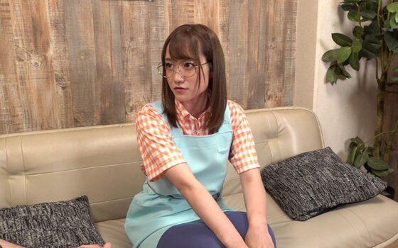 若宮穂乃が出演した「そこのメガネの可愛い店員さん 店員さんのカラダ・・・神すぎて犯罪だよ」の冒頭シーン