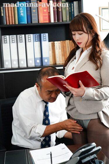 「人妻秘書、汗と接吻に満ちた社長室中出し性交 業界屈指の美熟女Madonna専属秘書に就任!!」の冒頭シーン