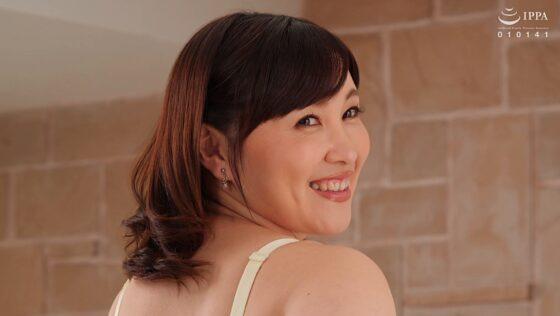小鳥遊あさ子が出演した「初撮り人妻ドキュメント」の冒頭シーン