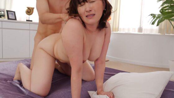 専業主婦・小鳥遊あさ子さんが「初撮り人妻ドキュメント」で後背位セックスをしているエロ画像
