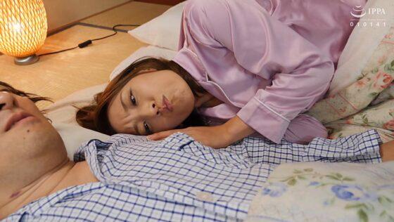 美川由加里が出演した「乳首いじり痴●電車」の冒頭シーン