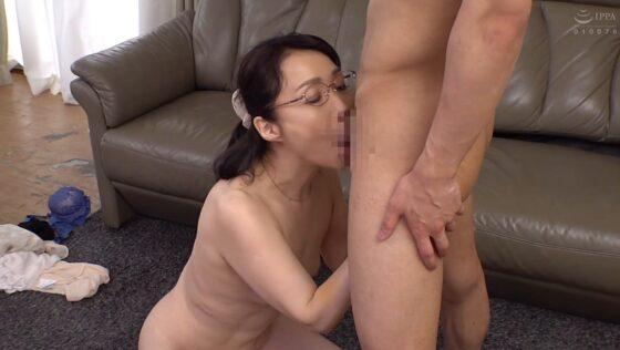 和泉亮子が出演した「義理の息子 性欲の強い義理の息子にメロメロにされた義母」のラストシーン