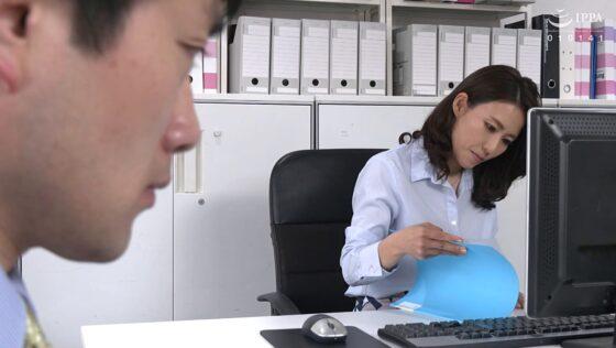 水野優香が出演した「熟女デリヘルを自宅に呼んだら・・・やってきたのは会社の上司!?」の冒頭シーン