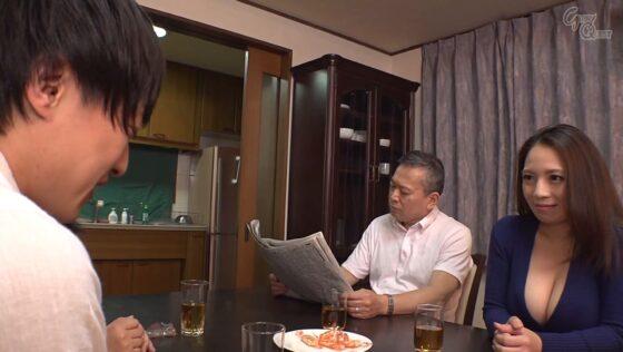 織田真子が出演した「姑の卑猥過ぎる巨乳を狙う娘婿」の冒頭シーン