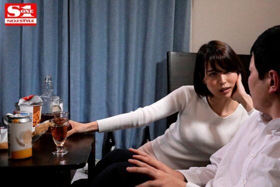 「泥●してボクの部屋へ間違って入ってきた隣の絶倫美人妻と翌朝までセックスしまくった。」の冒頭シーン