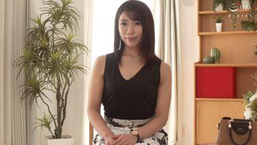 四十路奥様・深山由梨さんが「初撮り人妻ドキュメント」で椅子に座ってインタビューを受けているシーン