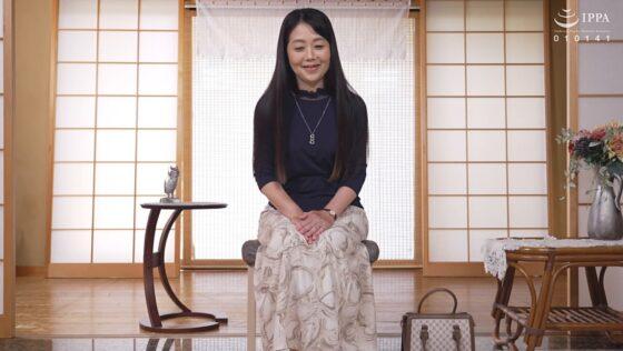 松井佐和子が出演した「初撮り六十路妻ドキュメント」の冒頭シーン