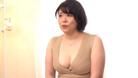 三浦なお美が出演した「初撮りEカップ豊満人妻AVデビュー!」の冒頭シーン