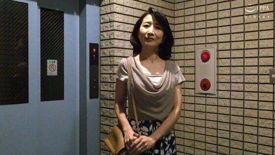 瀬尾礼子が出演した「初撮り五十路妻、みたび。」の冒頭シーン