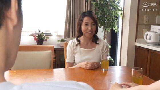 真崎理恵子が出演した「娘が不在中、娘の彼氏に無●や●中出しされ発情した彼女の母親」の冒頭シーン
