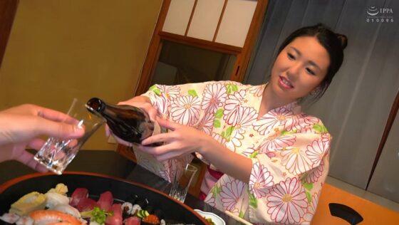 瀬名ひかりが出演した「人妻不倫旅行 夜顔 Hカップの乳房 モデル級のクビレ 全てが極上のカラダ」の冒頭シーン